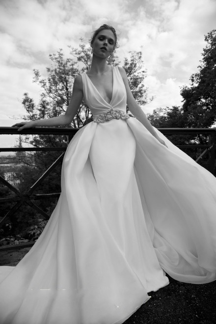 Deep V Wedding Dresses 2017 Cheap Wedding Dress Sash Sweep Train Piping High Quality Dress Fashion Bridal Gowns Vestio De Noiva Modest Gown